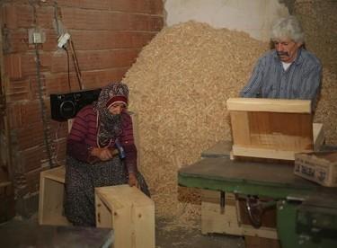 İşçi bulamayınca eşi ve kızıyla üretimine başladı
