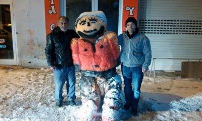 Renkli kardan adam ile fotoğraf çekilme yarışı