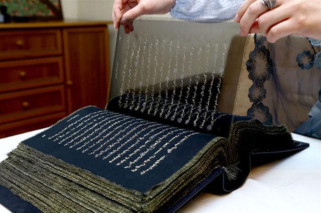 Kuran'ı eliyle ipeğin üzerine işledi Kuran'ı eliyle ipeğin üzerine işledi kurani eliyle ipegin uzerine isledi 1