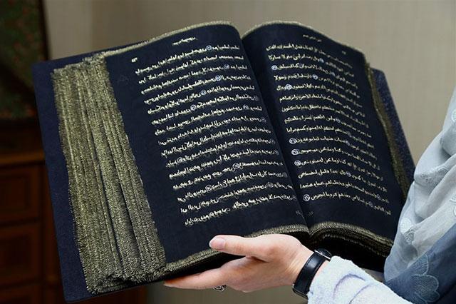 Kuran'ı eliyle ipeğin üzerine işledi Kuran'ı eliyle ipeğin üzerine işledi kurani eliyle ipegin uzerine isledi