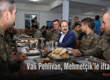 Vali Pehlivan, Mehmetçik'le iftar yaptı