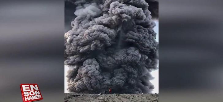 Volkanın patlama anına denk gelen dağcılar